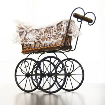 Antik babakocsi  mobil kerekekkel  - babaház kellék