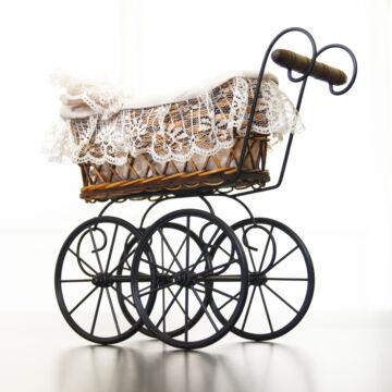 Antik babakocsi  mobil kerekekkel   babaház kellék