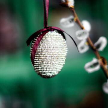 Ezüst gyöngyös tojás  akasztható dekor