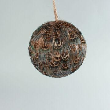 Madártollal díszített gömb  különleges függeszthető dekor 8cm