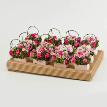 Rózsaszín virágok kosárkában