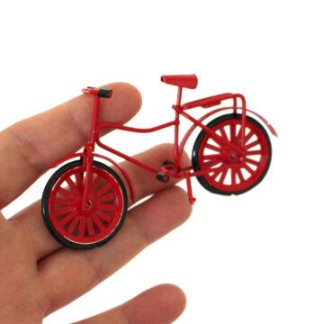 Piros bicikli babaházba