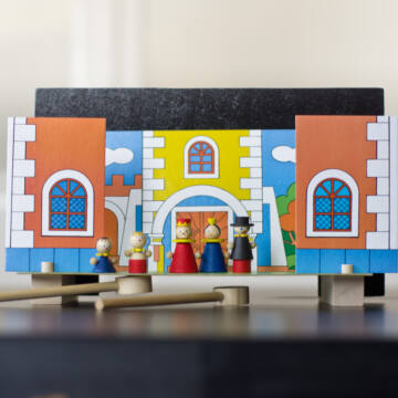 Magnetic puppet theatre - The Royal Court