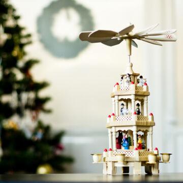 Lakkozott natúr karácsonyi forgó fából 3 szintes 30 cm