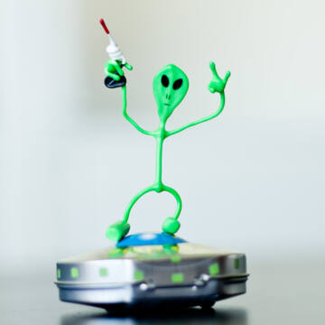 UFO JOE   -mágneses  hajlítható drótfigura; hűtőmágnes