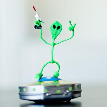 UFO JOE   mágneses  hajlítható drótfigura; hűtőmágnes