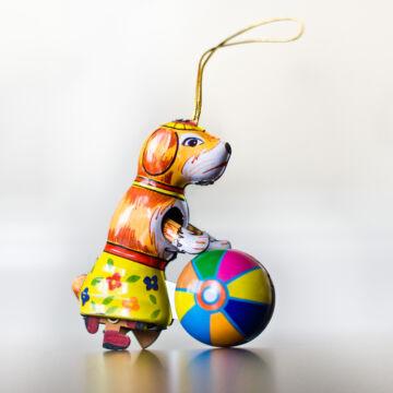 Kutya labdával   akasztható dekoráció lemezből