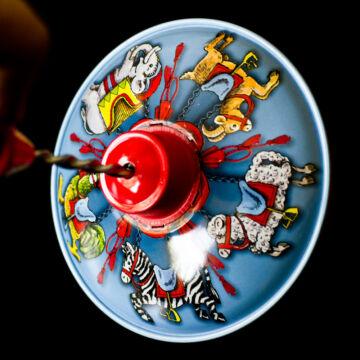 Búgócsiga - cirkuszi körhinta grafikával 13 cm