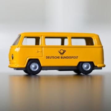 Sárga VW  Postaautó  -  hasonmás lemezjáték, modellautó