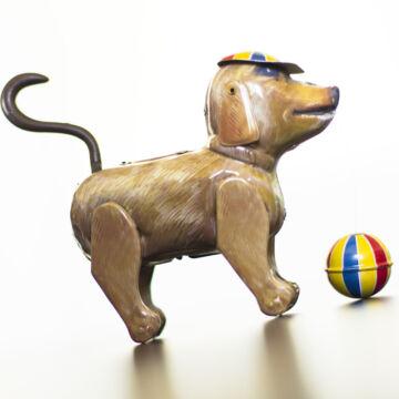 Bruno farokcsóválós kutya sapkával és labdával  lemezjáték