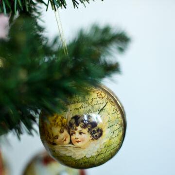 Karácsonyi papírgömb - angyalok aranyban 8 cm