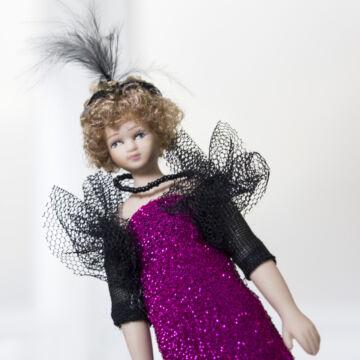 Porcelánbaba lila ruhában  20as évek stílusában 15 cm