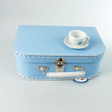 Porcelán teáskészlet virág mintával, kék bőröndben