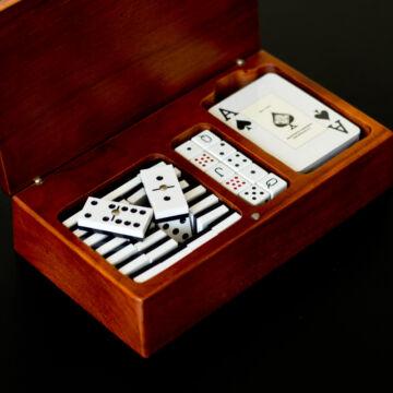 Játékszett (pókerkocka, dominó és kártya)  fa dobozban