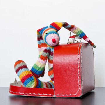 Szivárvány NYUSZI piros bőröndben