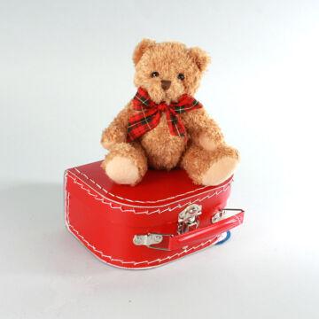 Kuckó Mackó piros bőröndben