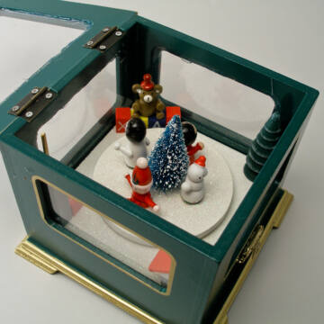 Zenélő doboz mozgó figurákkal - zöld