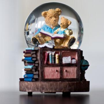 Olvasó medvék  zenélő vizes gömb, hógömb