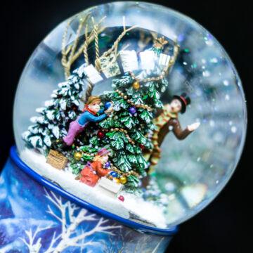 Karácsonyfa díszítés  zenélő hógömb