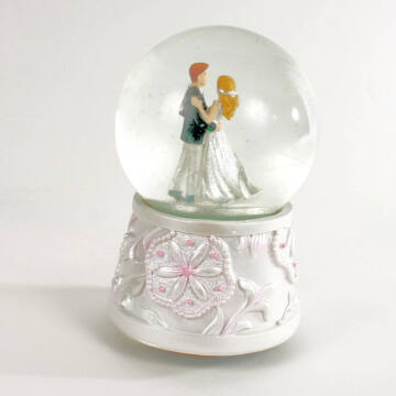 Weddin couple musical water globe reduced