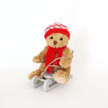 Kuckó Mackó piros sapkában, szánkóval